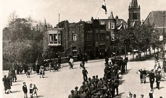 Aftocht Duitsers uit Sliedrecht 1945 Langeveldplein - Kerkstraat. (Foto: Privé)