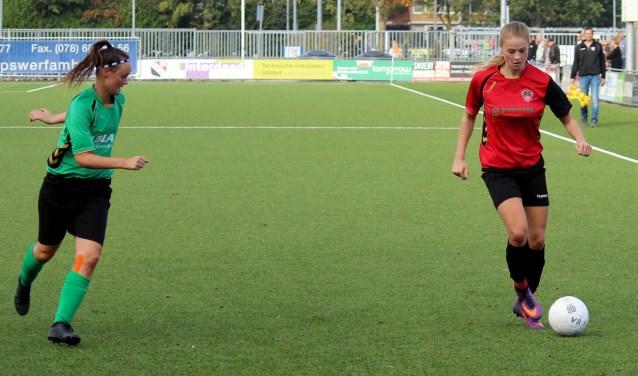 Charissa Jongeneel met de bal in actie.