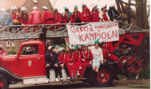 """In 1983 werden zowel het eerste als het tweede team van GEKO kampioen. Reden om de teams in te halen met """"Stoffel"""", de oude ladderwagen van de brandweer."""
