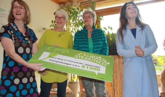 Leida van den Berg (l) heeft de cheque van 1.000 euro in ontvangst genomen van wethouder Lara de Brito (r). (foto: Kees Stap)