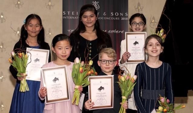 Jiwani Ledder (10 jaar, bovenaan, midden) en Julia Nefedov (10 jaar, rechtsonder). Connie Lou ontbreekt op de foto. (foto: Anne Meyer).