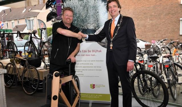 Burgemeester René Verhulst feliciteert Auke met de heropening van zijn fietsenwinkel Auke.nl. (Foto: Bert Vos)