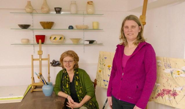 Docenten May van Heijst en Petra Verdonk van Atelier Actie Creatief kunnen niet wachten om met de cursussen schilderen en keramiek van start te gaan. Foto: Brandarispers