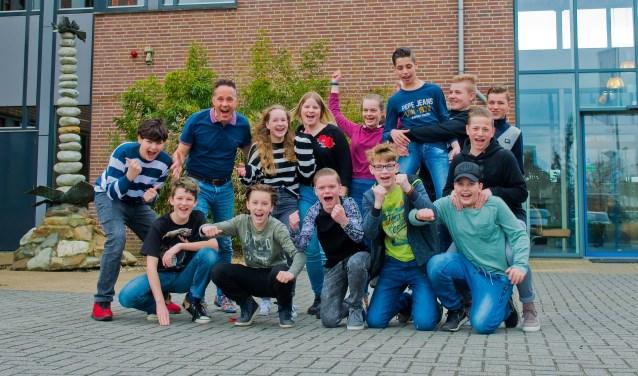 Een aantal van de leerlingen, plus drijvende kracht achter het geheel en zelf ook deelnemer Quirijn van den Berk, die 30 mei kaal gaan voor kanker. (Foto: Maaike van Helmond)