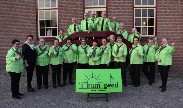 't Kum Goed poseert eerst voor de foto. Daarna is het tijd om te repeteren voor de meezingmiddag.