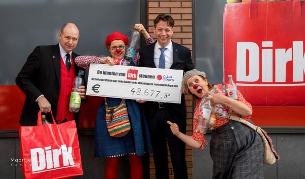 Marcel Huizing overhandigt, samen met Supermarktmanager Max Belt, in Ter Aar namens alle klanten van Dirk van den Broek de opbrengst van de statiegeldactie aan CliniClowns Nop & Neel.