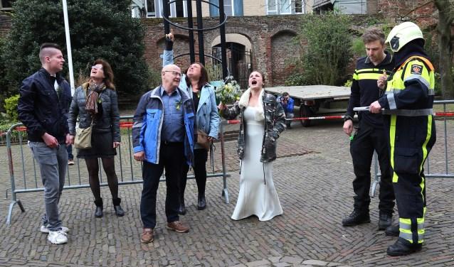 Consternatie bij de kerk in Grave tijdens de brandweerwedstrijd. (foto Marco van den Broek).