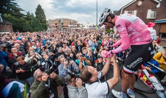 Giro-winnaar Tom Dumoulin was vorig jaar één van de toppers in Boxmeer. Publiek en pers waren massaal toegestroomd naar het nieuwe meet-en-greetpodium waar hij werd gehuldigd. (foto: Peer van Rooij)