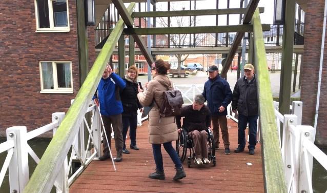 Samen met het team van ervaringsdeskundigen van de Vereniging van Gehandicaptenorganisaties Rotterdam, inspecteerden Ruud, Barbara en John van de bewonersgroep Noordrand2025 Krona en het Geuzenplein.