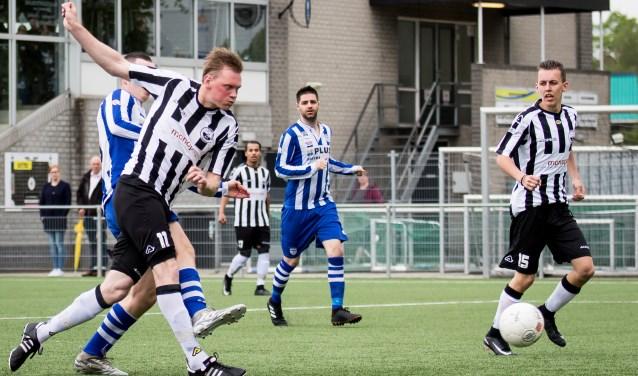 Michael Roelofsen de winnende 2-1 binnenschiet. Foto: Wim Balke