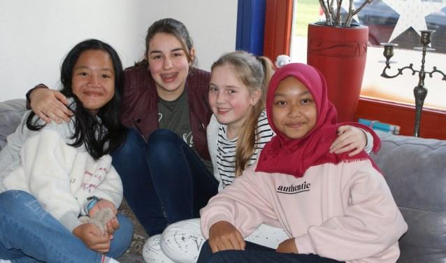 V.l.n.r.: Mura, Fem, Fabiënne en Athiya met z'n allen op de bank bij Fabiënne thuis