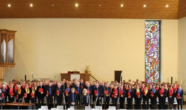 Een gedeelte van het  Inspire2liveChoir onder leiding van dirigent Peter Overduin. (vooraan naast zangcoach Annelies Schep)
