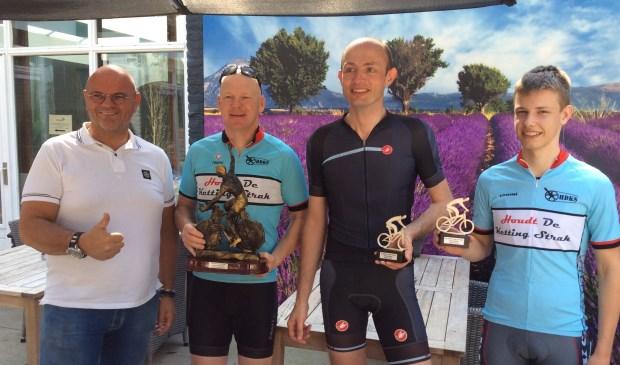 Directeur Henry Nijboer met de winnaars van de Gisola.