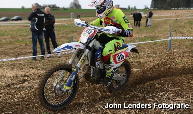 Antony Donders van het Laurense Husqvarna team is in de derde wedstrijd om het Open Nederlands Kampioenschap Enduro in Mettet als vierde geëindigd.