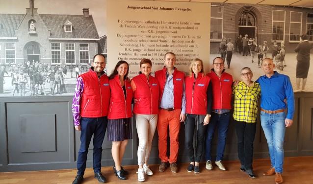 De vrijwilligers van Stichting Dans Leusden met de nieuwe bodywarmers. Geheel rechts Remco Thiecke (directeur Succlean)