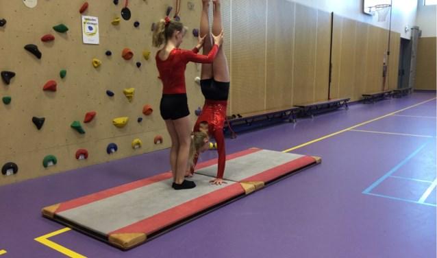 De VWO klas A12 van Revius Wijk hebben een workshop gemaakt van acrobatiek voor de Koningsspelen. Dit doen ze voor hun maatschappelijke stage dat wordt georganiseerd door stichting binding en Revius wijk.