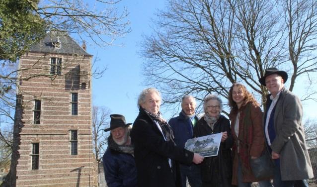 WethouderDoesburg werd verrast met een cheque voor kunst in het Kasteelpark. (Foto: Lysette Verwegen)