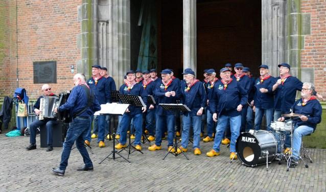 Het Knollenkoor aan de voet van de 'de Lange Jan'.  (Foto: J. Sesink)