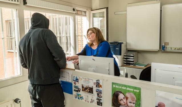 Barbara Neef helpt gedetineerde Sander (onherkenbaar op de foto gezet) met het regelen van zijn re-integratie zaken. FOTO: Bram Corstjens
