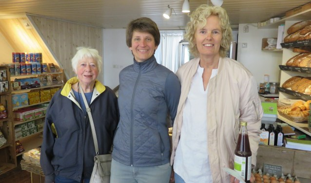 Ellen (midden) met twee klanten. FOTO: John Beringen
