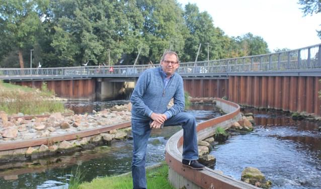 Projectcoördinator van Lochem Energie, Tonnie Tekelenburg bij de stuw van de rivier De Berkel in Lochem. De waterkracht van De Berkel te gebruiken om energie op te wekken moet nog even wachten. (Foto: Arjen Dieperink)