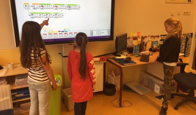 Leerlingen van de Daltonschool Nicolaas aan het werk met LEGO Mindstorms.