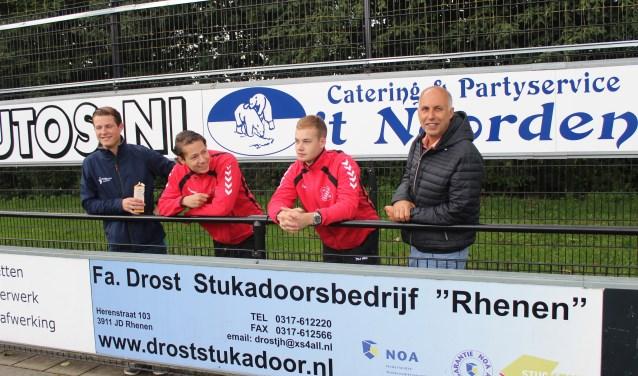 Pieter van der Grift (uiterst rechts), boekt in zijn eerste seizoen als trainer van het het jonge elftal van Candia'66 aardig wat succes in de 3e klasse A (Oost). (Foto: Henk Jansen)