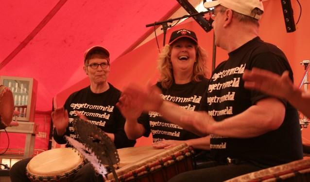 Rob de Keizer maakt met de Afrikaanse slagwerkgroep Opgetrommeld vrolijke West-Afrikaanse muziek, waarmee zij regelmatig op Woerdense evenementen te vinden zijn. FOTO: Monique van der Gaag