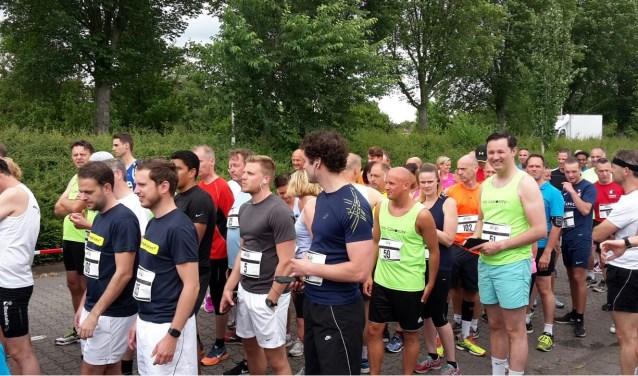 Lopers vlak voor de start van de eerste Vijfhuizenbergloop, komende zondag is de tweede editie.
