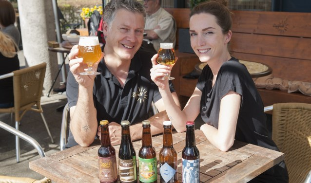 """Jaap Lamfers en Denise van der Windt Grand Café Zuijdt. Volgens Lamfers is het doel van het Bierproevement toch vooral het benadrukken van een gevoel. """"Een gevoel van trots zijn op Zwolle, en dus ook op Zwolse producten.""""  (foto: Eva Posthuma)"""