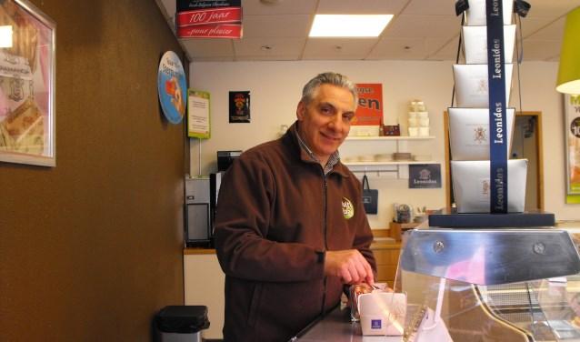 Ara Doner pakt bonbons in. Multivlaai verkoopt ook bonbons. De eigenaar verwacht drukke dagen vanwege Moederdag.