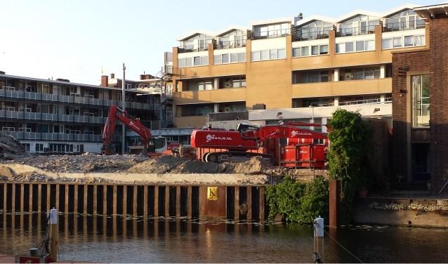 Het postkantoor werd afgelopen week met de grond gelijkgemaakt door draglines. De bedrijfshallen maken plaats voor appartementen.