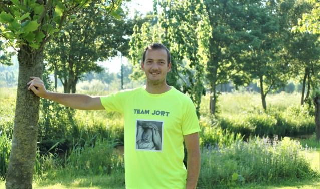 Edo Post Uiterweer doet tijdens de triatlon op Tweede Pinksterdag mee voor Make a Memory die foto's kwam maken toen bleek dat zijn zoontje zou overlijden. Een ervan prijkt op zijn herkenbare T-shirt.