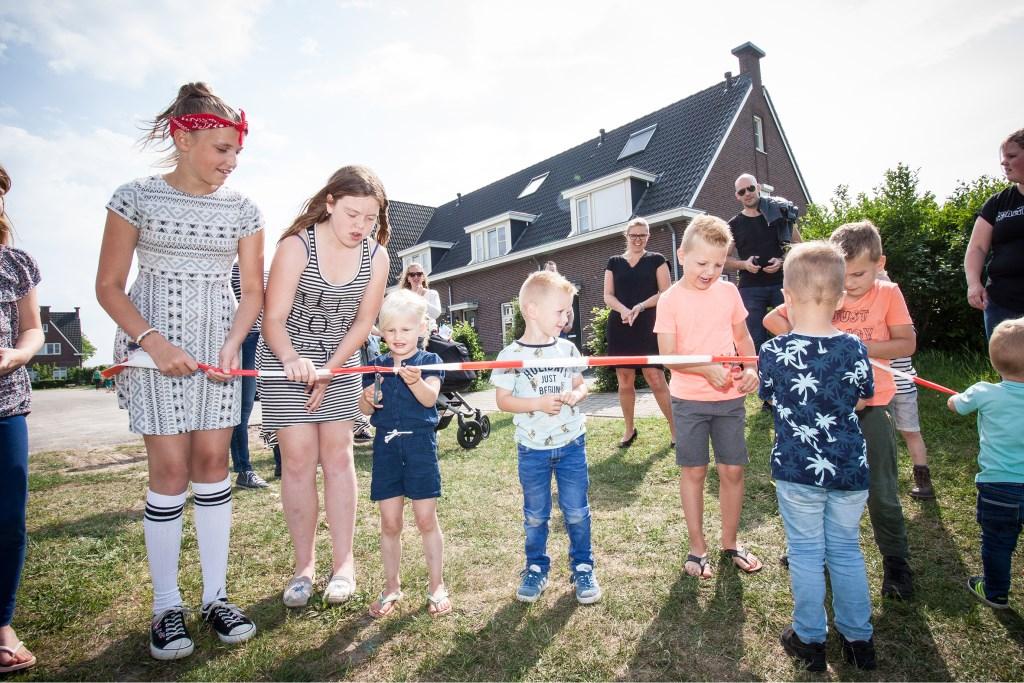 Gezamenlijk verrichten kinderen uit de wijk de 'officiële' opening van de nieuwe speeltuin aan het Schuttersveld.