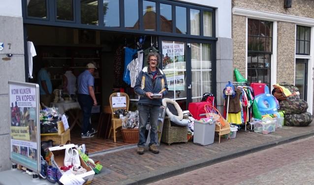 In het leegstaande winkelgedeelte van Sam van der Klis aan de Havenstraat is een aantal weken een tweedehandsverkoop voor een schooltje in India. (Foto: Margreet Nagtegaal)