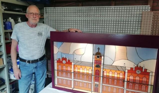 Kunstenaar Baan Euser uit Driebergen maakte een glas in lood-kunstwerk van het vooraanzicht van het voormalige seminarieklooster. FOTO: Marcel Bos