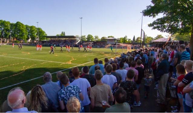 Ruim 4000 toeschouwers bekeken de wedstrijd tussen koploper RKZVC en de nummer twee Longa'30 in de Eerste Klasse KNVB.