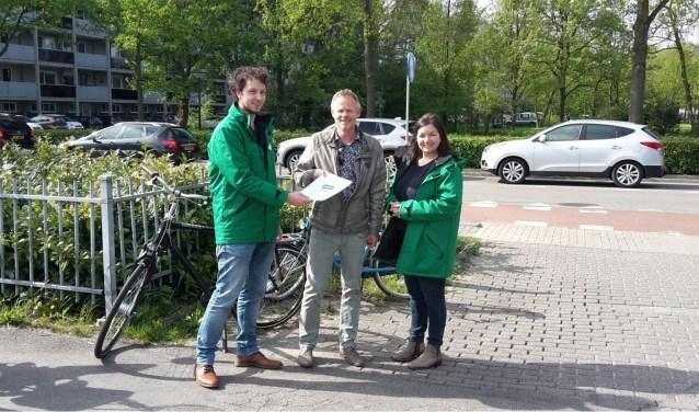 Ruud van Harten ontvangt bij sportcentrum Vlaardingen van het CDA een overzicht van onveilige verkeerssituaties in Vlaardingen. Foto: CDA