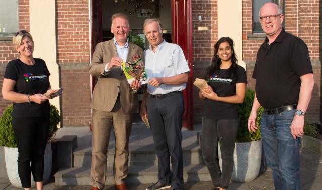 Burgemeester Cazemier nam het eerste exemplaar in ontvangst. (Foto: Janet de Graas)