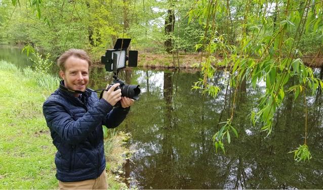 Sonny Krosenbrink bezig met filmopnames in het Winterswijkse buitengebied. Sonny profileert zich vooral door het maken van promotiefilmpjes voor bedrijven en instellingen.