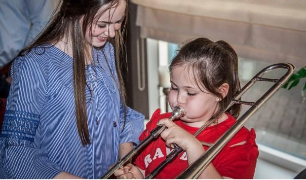 Kinderen kunnen ervaren of het instrument bij hem of haar past en hoe leuk muziek maken is.