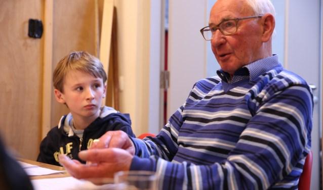 Een van de jongeren van het project van Klein Verzet luistert aandachtig naar het verhaal van een man die zelf kind was tijdens de oorlog. In de voorstelling 'DE ONDERGRONDSE' gaat het over schuilen en spelen in oorlogstijd.