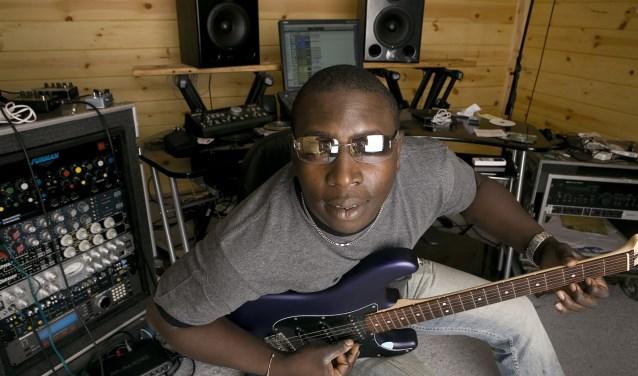 De Afrikaanse ster Vieux Farka Touré, 'de Hendrix van de Sahara', is een geweldige gitarist. Hij komt een show geven in Schijndel.