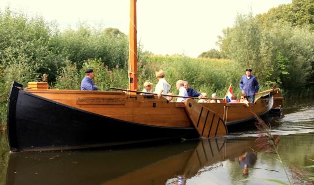 Tijdens de tocht krijgen deelnemers informatie over de schipperij en de natuur.