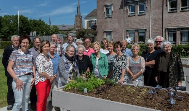 De Vrienden van Sint Barbara bij het verpleeghuis Sint Barbara in Dreumel. Op de voorgrond de nieuwe kweektafels. (Foto Berco Buter)