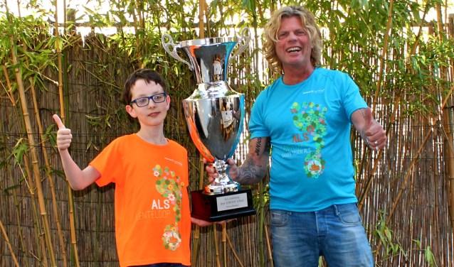 Guus Thomassen en Toni Peroni met de wisselbeker voor de scholencompetitie van de RABO ALS Lenteloop. FOTO: Els van Stratum