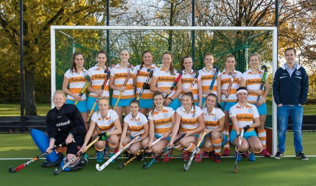De kans is zeker niet denkbeeldig, dat het vrouwenhockeyteam van Nieuwegein volgend seizoen eindelijk weer eens in de 2e klasse gaat uitkomen. Foto: Michael Bosboom.