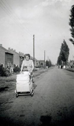 De Buurtsteeg in 1948, gezien richting Ede. Nu is het de Buurtlaan-oost. De hoge populieren sneuvelden in de de jaren zestig. De jonge Kees zit in de kinderwagen. Links woningen die in 1940 zijn gebouwd. (Foto: familiearchief)