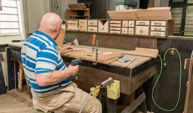 Cas is een van de gedetineerden die in de houtwerkplaats geheel zelfstandig werken mag.