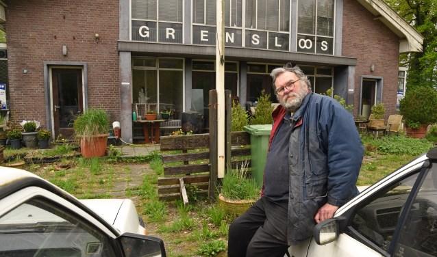 Jan Streur voor zijn pand waar hij met vijf honden woont. (foto Jan Wijten)